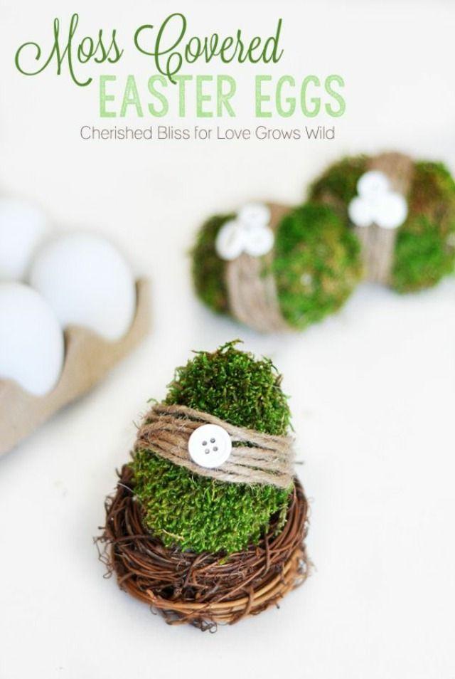 Pâques: Sinon, vous pouvez réaliser un œuf en mousse végétale. Vous aurez besoin d'un pistolet à colle, et d'œufs décoratifs en plastique. Collez la mousse sur l'œuf, et pour un résultat encore plus déco, ceinturez l'œuf avec une cordelette en chanvre, et collez un bouton dessus. Vous pouvez acheter un petit nid miniature pour y placer votre œuf.