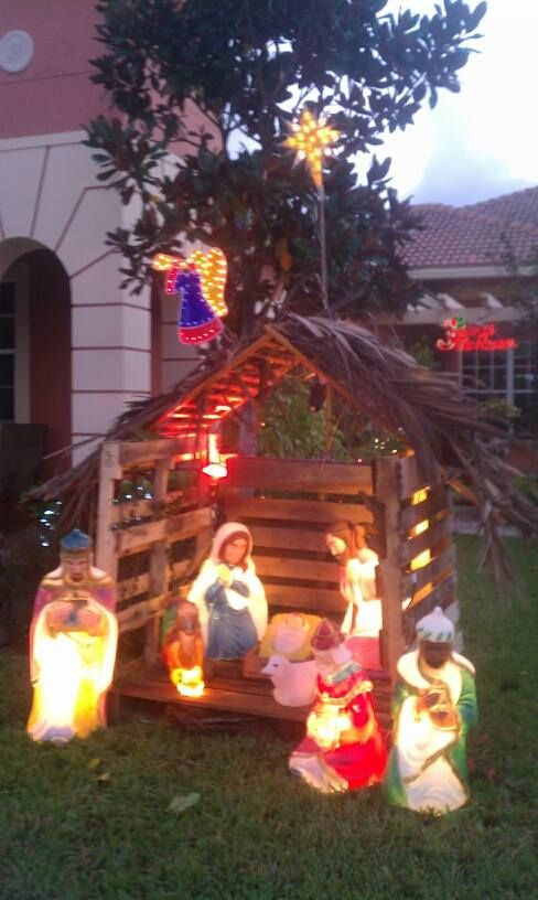 Nativity manger made from pallets.  I'm so using this idea!!