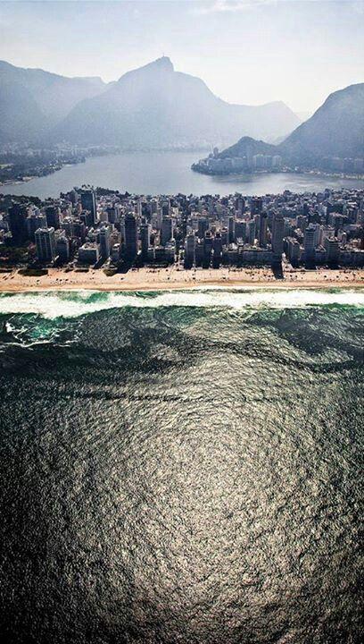 Além das praias, o Rio de Janeiro tem uma lagoa situada entre as montanhas e o oceano. Um bom lugar para correr, andar de bicicleta ou um barco e passar o fim da tarde.