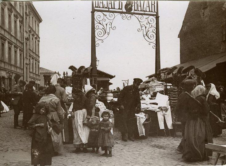 Tak wyglądało wejście na bazar Różyckiego od strony Targowej i bliskie sąsiedztwo obecnej muzealnej posesji około 1892 roku.  (fot. K. Brandel, Zb. Muzeum Warszawy)