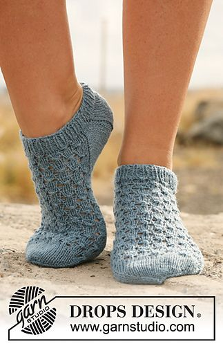 "129-18 Knitted ankle socks with lace in ""Fabel"" by DROPS design-free pattern"