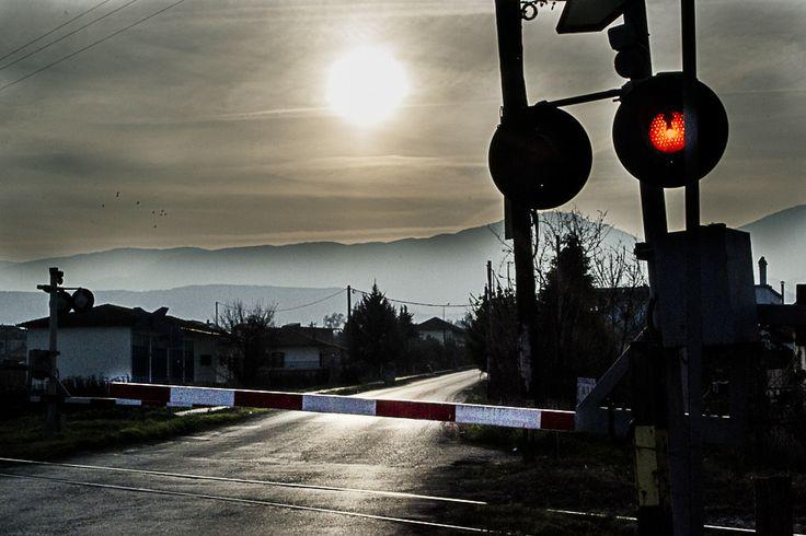 Το τοπίο μουντό και η ατμόσφαιρα υποβλητική! Έχεις χρόνο να σκεφτείς αν θα συνεχίσεις... #arive #photo #22_01_2014 #train http://ow.ly/sP5zO