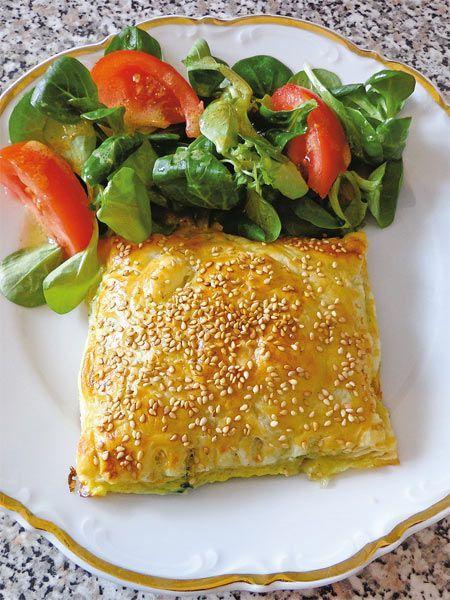 Das Rezept für Blätterteigtaschen mit Spinat und Schafskäse! Lassen Sie es sich schmecken. Das vegetarische Gericht ist einfach