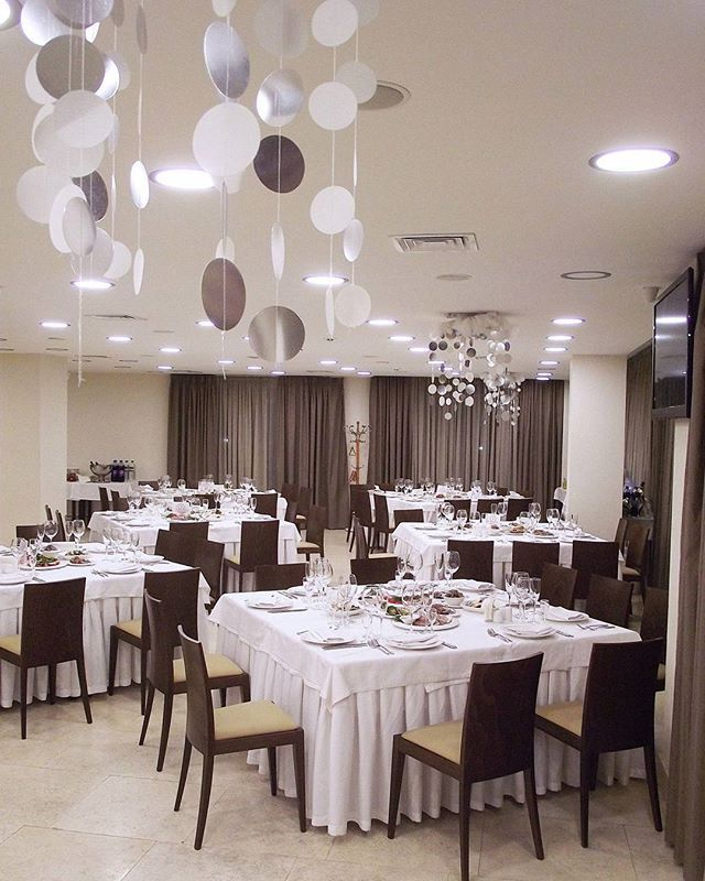 Ресторан Voyager в ожидании новогоднего чуда #hotelslife #hotelovis #restaurant #voyager #newyear #newyeardecorations #kharkiv #ресторан #харьков #жизньгостиничная #интерьер #новыйгод #настроениеновогоднее #зима #новогоднеечудо