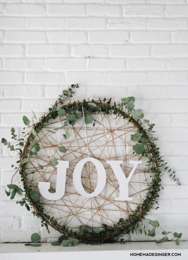 DIY déco de Noël : confectionner une couronne végétale en eucalyptus.