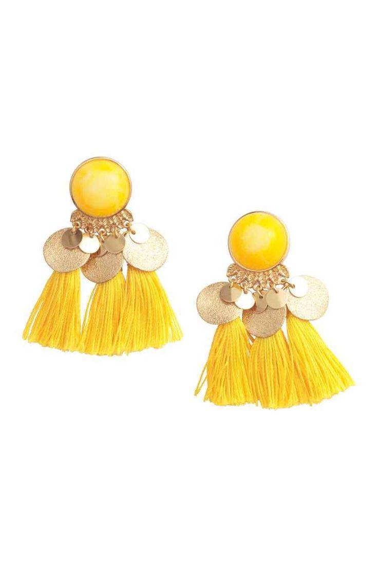 Boucles d'oreilles: Boucles d'oreilles avec perle en plastique, pendentifs ronds en métal et glands décoratifs. Longueur 6,5 cm.