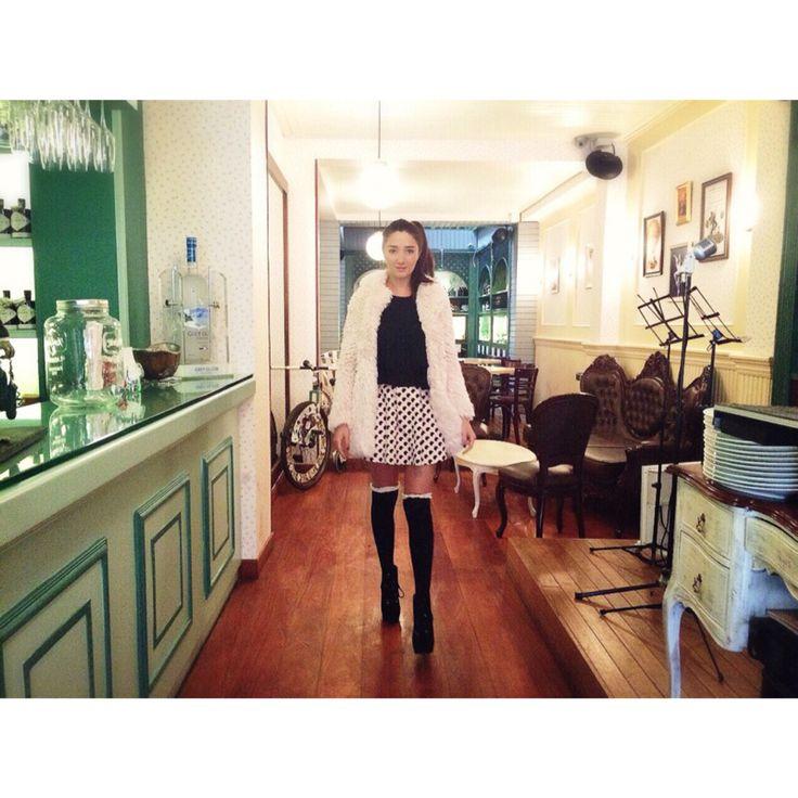 Bogota abrigo rosa falda corta pepas medias a la rodilla negras ocuspocus restaurante zona g
