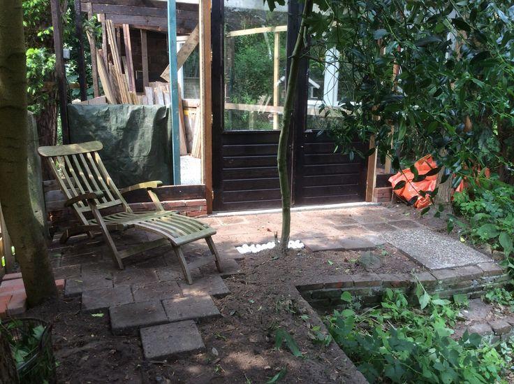 11. Voorzijde tot klein terras verbouwd. Wordt later overdekt door oversteek van dak. Tuinthema met witte stenen ligt er al