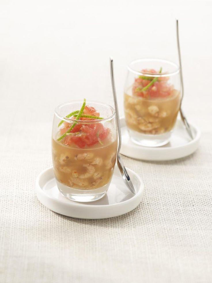 Gelei met garnalen, tomaat en limoen http://njam.tv/recepten/gelei-met-garnalen-tomaat-en-limoen