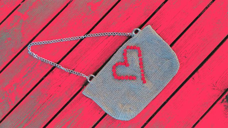 """Finalmente pronta la borsetta con cuore di noccioline in ROSSO """" Nut #hearth Bag """". Bag Handmade Crochet . Realizzata all'uncinetto. Filato champagne. Fatta a mano e madewithlove . Fodera interna , 2 pratiche tasche , chiusura con bottone calamita . #bag #handmade #crochet . #Amigufra #nonsoloamigurumi #madewithlove. #fattaamano #madeindomo #conilcuore #cute #summer2016 #tipidaspiaggia #hearth #bagaddict #spedizioniintuttaitalia #bagblogger #chainbag #minibag #dinnerbag #purseaddict"""