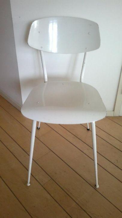 Dit stoeltje staat aangeboden voor 25,-, maar krijg je vast mee voor 20,-.. Ik heb geen hout gekozen, omdat dit balans geeft met het metalen krukje...