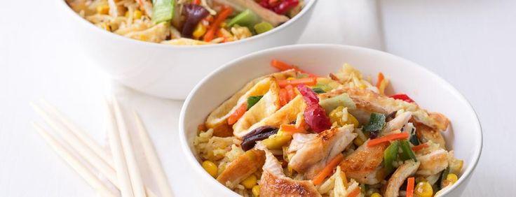 Opékaná rýže s vejcem, kuřetem a kukuřicí