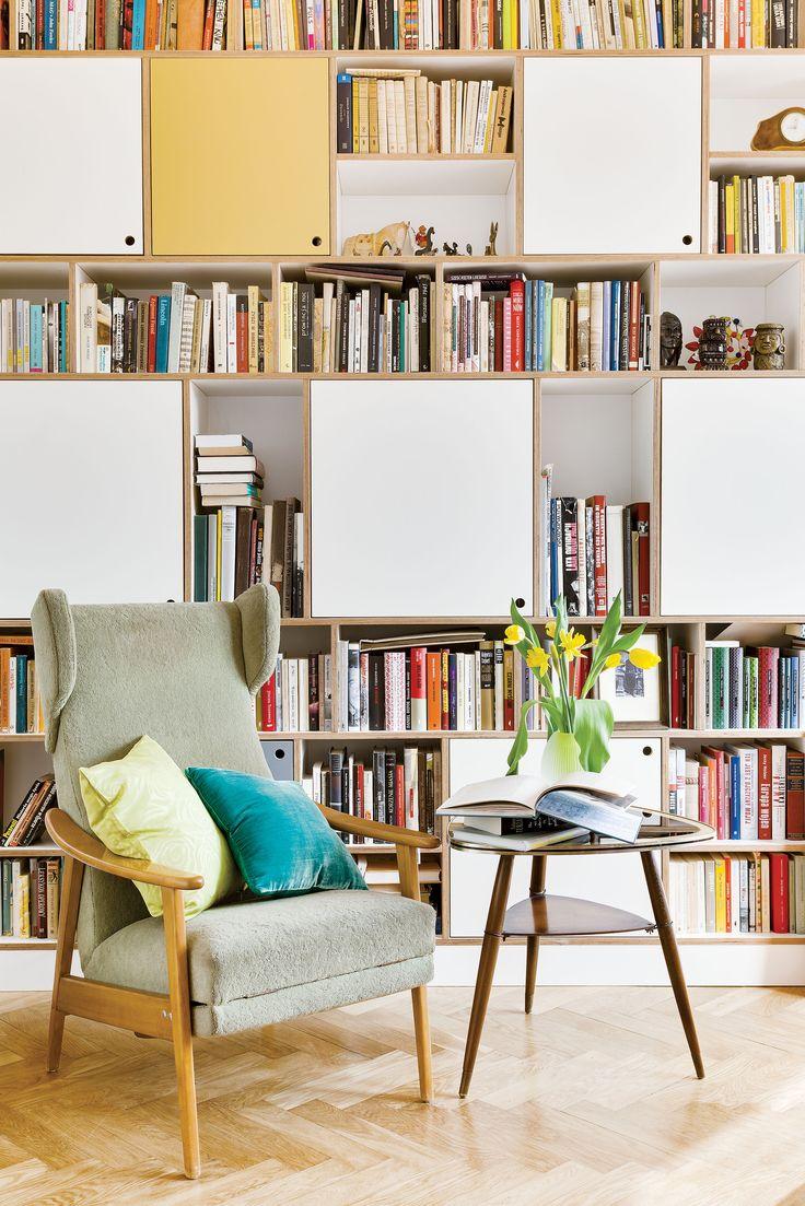 Sekrety modernizmu: http://www.weranda.pl/domy-i-mieszkania/sekrety-modernizmu #salon #krzesło #fotel #książki #regał #biblioteka #library #books #home #room #chair #relax