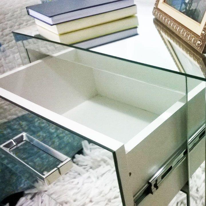Criado mudo espelhado com 2 gavetas com medidas 50x35x50 cm. Apresenta puxador cromado e rodinhas para movimentação. Já vem montado.
