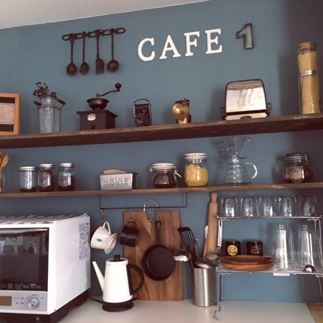 Shinoさんの、琺瑯カップ,スキレット,ツールスタンド,ケトル,カッティングボード,背面収納,見せる収納,古道具,ニトリ,コーヒー豆,コーヒードリッパー,キッチン,のお部屋写真