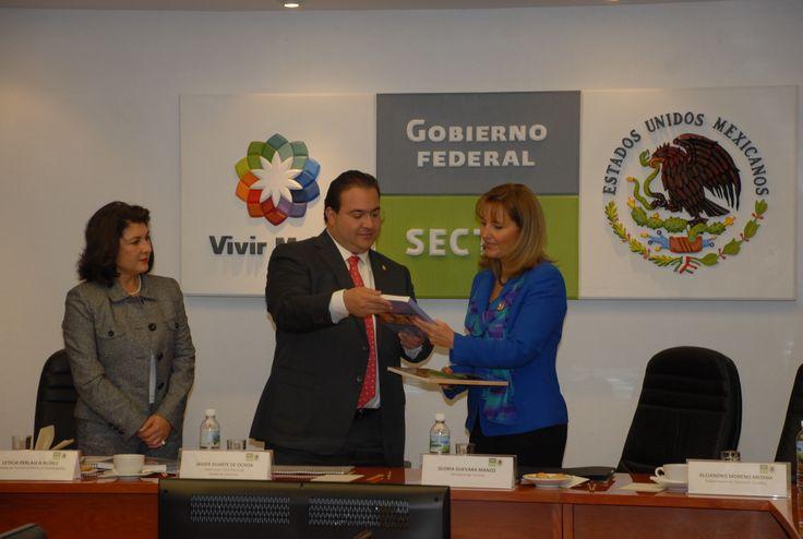 El mandatario veracruzano mostró material fotográfico que demuestra los esfuerzos en la rehabilitación urbana de la llamada Perla del Papaloapan.