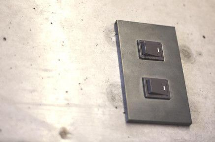 【黒皮鉄を纏う】¥2,052〜(写真はvisless 2穴/¥2,484)鉄工場が開発した黒皮鉄・素地仕上げのスイッチプレート。鉄本来の無骨な質感がたまりません。小さいながら空間に与えるインパクトは大きく、賃貸のお部屋にも気軽に取り入れられます。