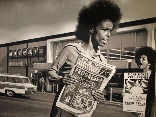 """""""Todo Poder ao Povo!"""" é o nome da exposição que conta a história dos Panteras Negras partido formado nos anos 60 para lutar a favor dos direitos dos negros nos Estados Unidos. A mostra traz imagens da época e ilustrações de Emory Douglas que estampavam o jornal distribuído pelo movimento. Em cartaz até o dia 02/07 no Sesc Pinheiros. Imperdível! (via @mariaclarapovia) . . . #MarieClaireIndica #MarieClaireCultura  via MARIE CLAIRE BRASIL MAGAZINE OFFICIAL INSTAGRAM - Celebrity  Fashion  Haute…"""