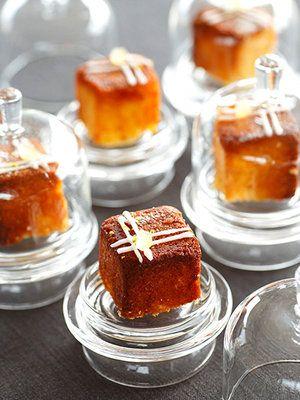 ミニケーキはお持ち帰り用に1つずつラッピングして。アイシングやピスタチオで飾ると小さなギフトに。食べるのがもったいないほどのかわいさを家まで持ち帰れるからゲストに大好評!|『ELLE a table』はおしゃれで簡単なレシピが満載!