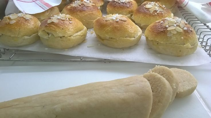 Haarukka oikealla -blogissa itse tehdyn, manteliliköörillä maustetun mantelimassan ohje. http://blogit.savonsanomat.fi/haarukka-oikealla/lemon-curd-laskiaispullat/
