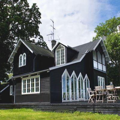 Se sommerhuset, der blev splittet ad i Norge og smukt samlet igen på toppen af en dansk skrænt  #cottage #denmark