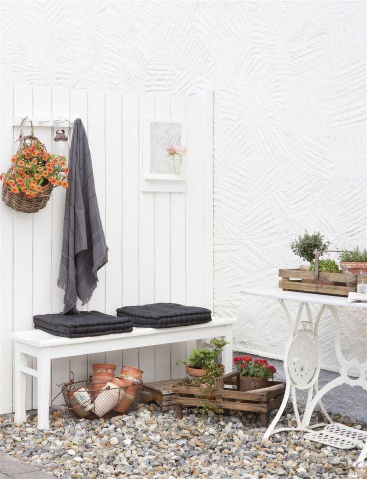 Avdelare. Frank byggde ett litet plank som skapar en bra avskildhet intill duschen, med plats för bänk och krokar för handdukar. Handdukar från Tiken K, vit träbänk från Auktionskammaren, Helsingborg, Svarta sittdynor från Santani, Ängelholm.