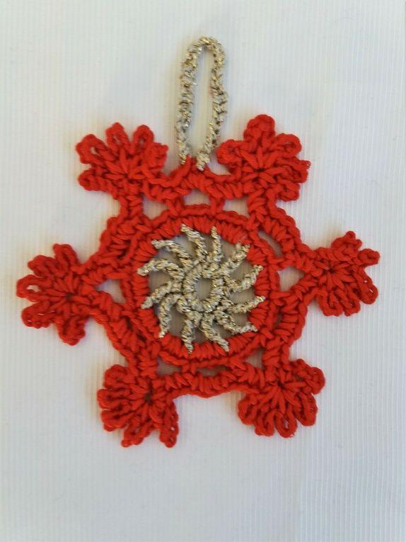 1 Sett m/2 hekla juletre ornament, i rødt og gullfarge.