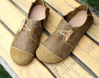 3 Colors! Handmade Flat Shoes for Women, Casual Shoes, Soft Shoes, Retro Oxford Shoes, Vintage style Leather Shoes  More Shoes: https://www.etsy.com/shop/HerHis?ref=shopsection_shophome_leftnav  ♥♥♥♥♥♥If you do not know which size you need to choose, please tell me the size you usually wear in your country or the length of your feet, I would recommend you the size which is fit for your feet.;-)  PLEASE NOTE THAT the foot must be firmly on the floor when you measure the length and width of…