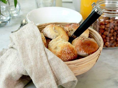 Ernst Kirschteigers recept på kalljästa frallor. Sätt en deg på kvällen, låt jäsa i kylen över natten och njut av nybakade frallor till frukost.