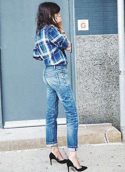 青チェックシャツ×ジーンズ&黒パンプスのコーデ(レディース)海外スナップ | MILANDA