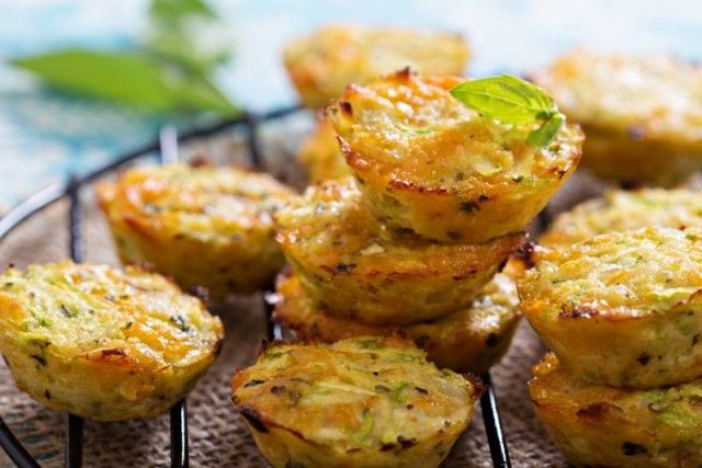 I muffin salati zucchine e scamorza sono degli antipasti originali, sfiziosi e dal cuore filante. Ecco come realizzarli