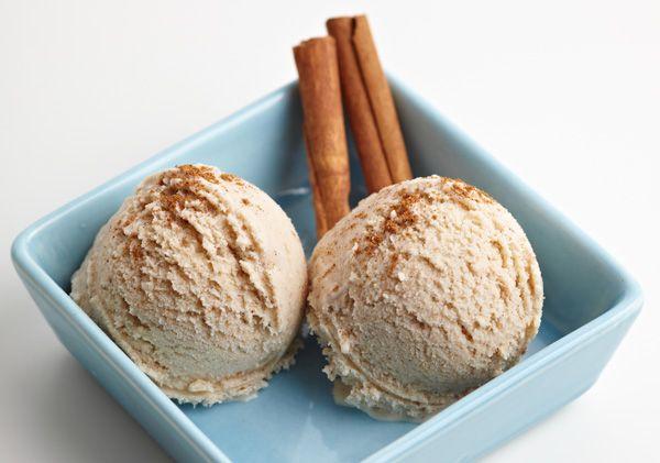 Από τα πιο ξεχωριστά και νόστιμα παγωτά που έχετε δοκιμάσει ποτέ! Σερβίρεται μόνο του, μπαίνει σε καλοκαιρινά επιδόρπια όπως ένα παγωμένο μιλφέιγ και κάνει καλή παρέα με φρουτοσαλάτες, ειδικά όσες έχουν και μήλο.