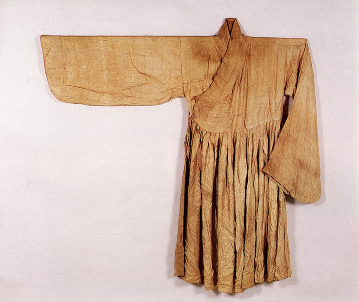 Silk cheollik (long jacket with attached skirt), worn by military men, underneath the dapho (sleeveless overcoat). This example is from the tomb of Kim Wi, mid-Joseon period. Important Folklore Material 118-10.
