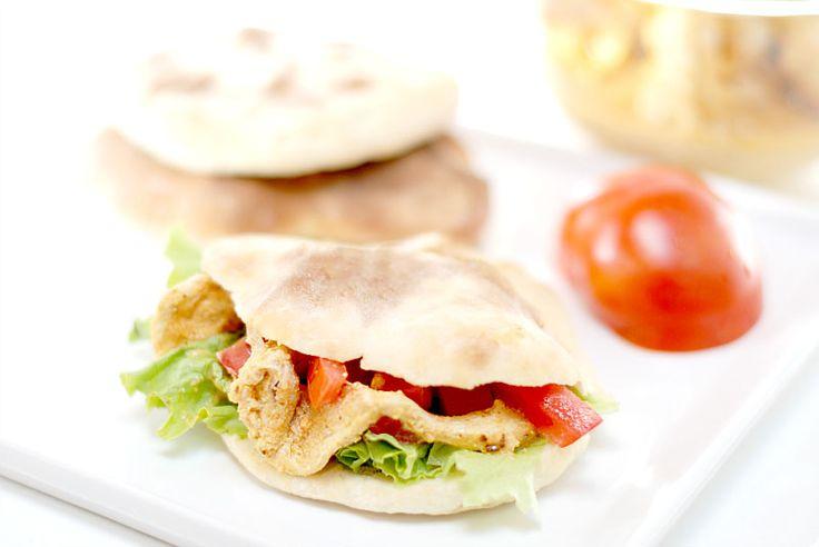 Plato turco con Pan de pita, pollo, tomate y lechuga. Ideal para picoteo o tarde de fútbol frente al televisor.