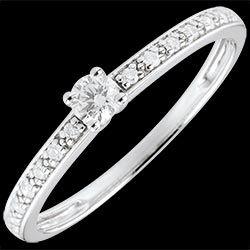 <a href=http://www.edenly.com/bijoux/bague-solitaire-boreale-9k,1371.html style=color:#fff;text-decoration:none;>Or Blanc Solitaire diamant Boréale - 0.09 carat <br><b style=color:#FFE492;>390 €</b> (-43%) </a>
