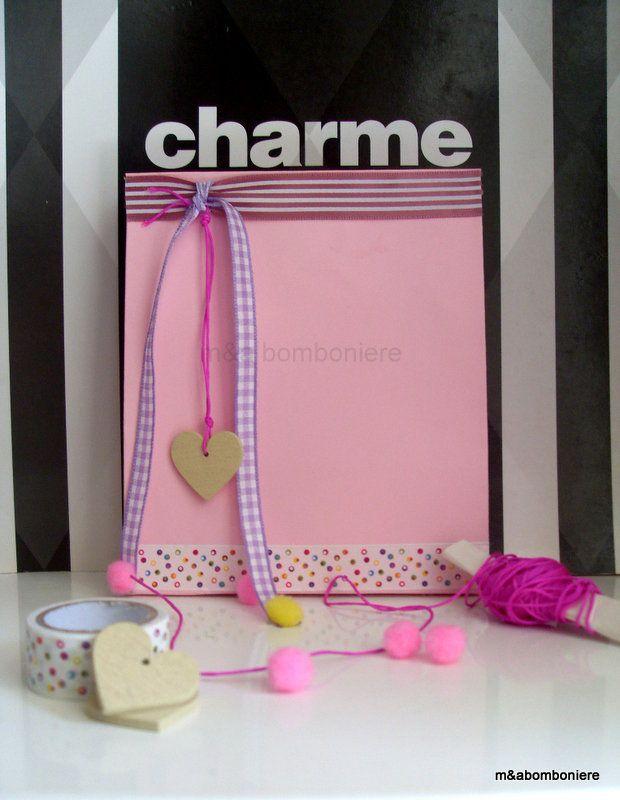 Μια τόσο γλυκιά και τόσο κοριτσίστικη μπομπονιέρα.. Σε απαλό ροζ σακουλάκι, με κορδέλες, πομ πομ, πουά washi tape και μια ξύλινη καρδούλα. Τιμή: 2,00 ευρώ.