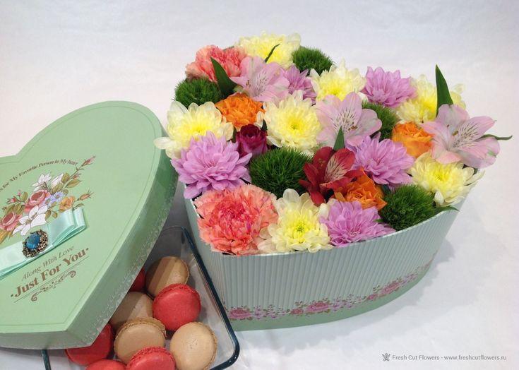Цветы в коробках. Коробка в форме сердца. Пирожные макаруны.
