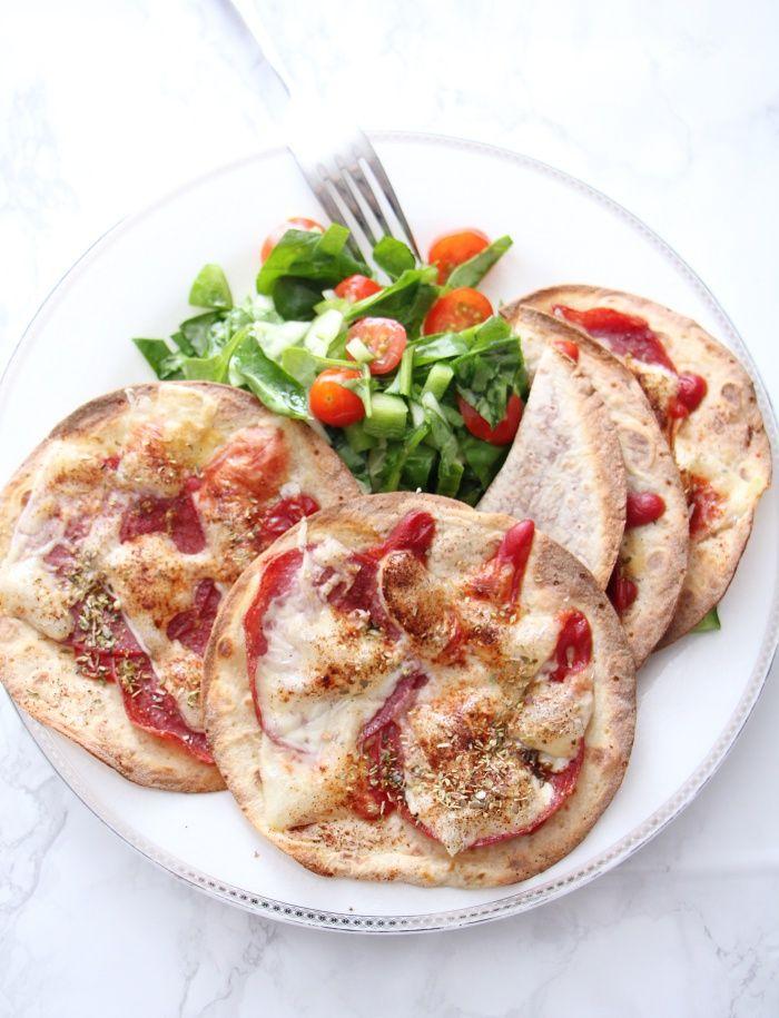Lunsj: Lumpepizza  4 lomper 3-4 ss ketchup u/sukker 8 skiver go´ og mager salami 10-12 skiver ost paprikakrydder og oregano