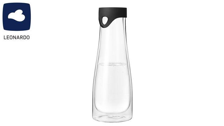 Die Wasserkaraffe Primo von LEONARDO ist ein wertvoller Helfer in jeder Küche. Die lange, leicht bauchige Karaffe aus Glas ist sehr schlicht designt. Durch das klare Glas passt die Karaffe zu so gut wie jedem anderen Service. Ein Silikondeckel verschließt das Gefäß sicher, so dass Säfte und Limonaden vor Insekten geschützt sind.Die doppelwandige Wasserkaraffe ist ca. 28 cm hoch und hat ein Fassungsvermögen von ca. 1 Liter. Durch den Luftfilm zwischen den beiden Wänden hält sie die Temperatur…