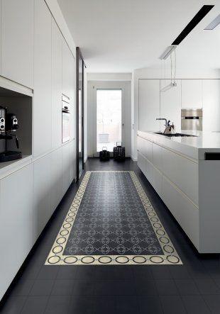 Dans une cuisine design, des carreaux de ciment posés au sol comme un tapis