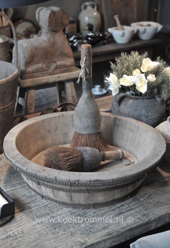 oude houten schaal met dito kwasten