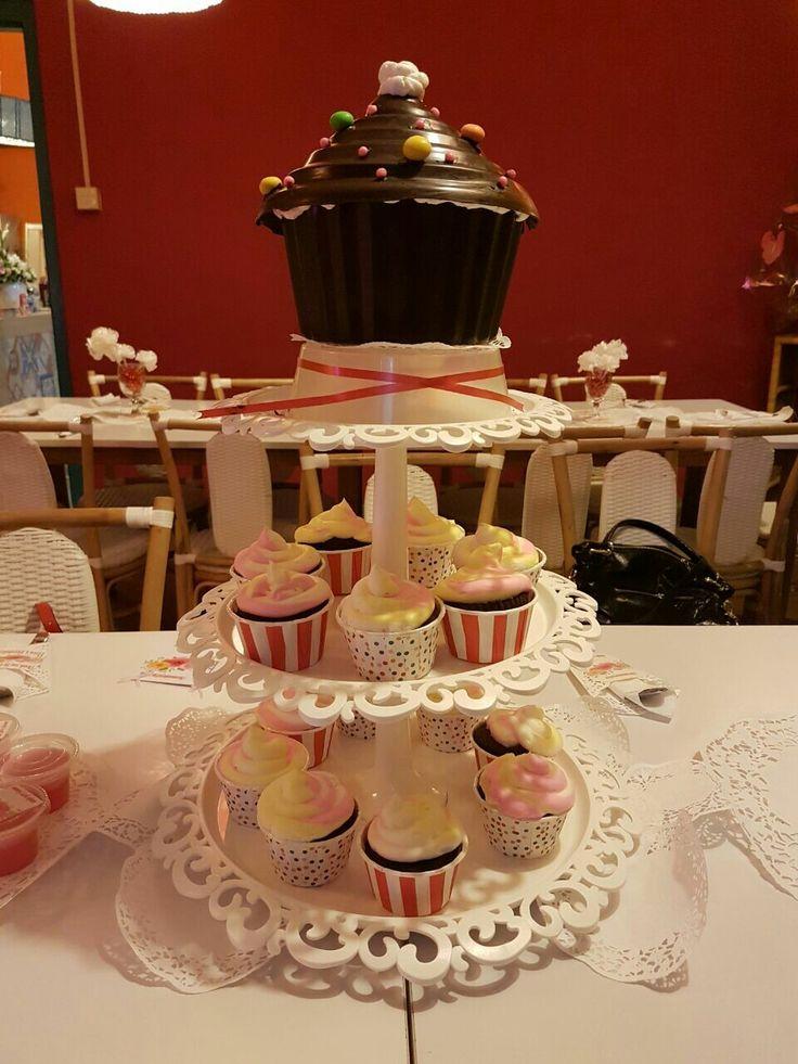 Cupcakes & Giant Cupcakes Pinata by @heramaminyaziya