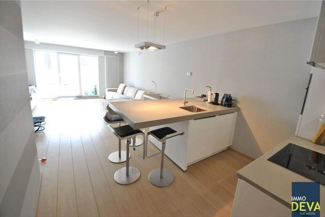 Appartement te koop in Knokke - 1 slaapkamers - 58m² - 325 000 € - Logic-immo.be - Recent appartement met 1 slaapkamer in een residentie in de typische 'cottage'  stijl, gelegen op de Elizabetlaan vlakbij de winkels van de Lippenslaan. INDELING: Inkom met berging (aansluiting wasmac...