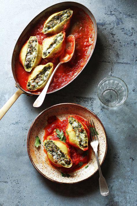 Favoriet is conchiglioni: grote pastaschelpen die gevuld worden met een goede hoeveelheid saus. pasta schelpen