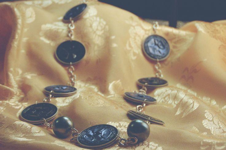 Teresa – Collana con catena argentata lunga. Cialde carta da zucchero, nere e aviatore con perle Cyan.