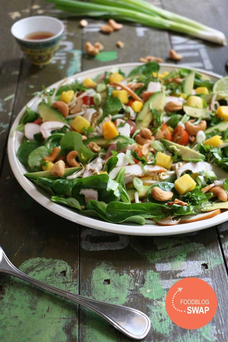 Aziatische salade met gerookte kip, mango en avocado