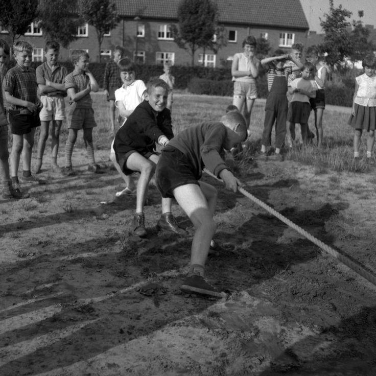 Eindhoven, Verhulststraat Touwtrekken in een speeltuin te Gestel Auteur: Mierlo, Frans Joseph van # Foto Visie - 1961