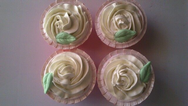 Cupcakes de almendra con frosting de kiwi