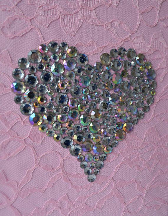 Roze en witte kinderkamer kunst aan de muur.  Set van drie handgemaakte doeken met dansende ballerinas in roze tutu en roze Strass hart op de achtergrond van een kant. Elk doek is 8 X 10. De achtergrond en de ballerinas zijn geschilderd met acrylverf.  Dansers zijn versierd met Tule en lace jurken, zijden linten en strass.  Leuk cadeau idee voor babydouche of iedere liefhebber ballerina.   Als u toevoegen linten voor opknoping gelieve te klikken op de link hieronder willen zou voor de…