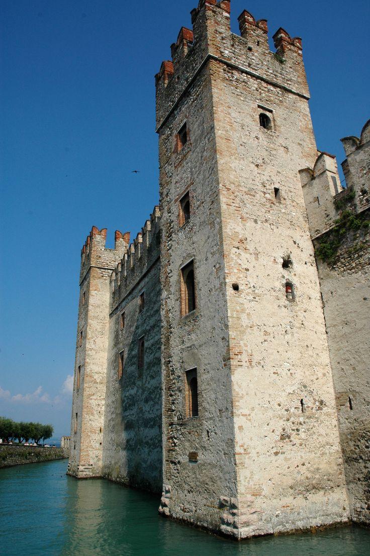 O Castelo Rocca Scaligera, uma construção medieval do século XIII e que fica ao lado de ruínas romanas do século I aC. Localiza-se em Sirmione, na região da Lombardia, província de Bréscia, Itália.